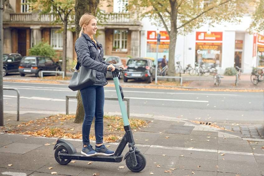 femme sur trottinette electrique urbaine